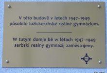 Pamětní deska lužickosrbského reálného gymnázia. Foto: Milan Hrabal